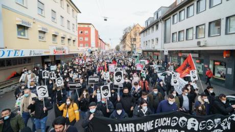 Ein Bündnis Hanauer Jugendorganisationen unter dem Motto «Kein Vergeben - Kein Vergessen - Gemeinsam gegen Rassismus» demonstriert auf dem Marktplatz am Brüder Grimm-Denkmal.