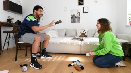 Mit Socken trainiert das Ehepaar Melanie und Robert Irvin-Hammel Reaktion und Koordination, wie sie beim American Football angesagt ist.