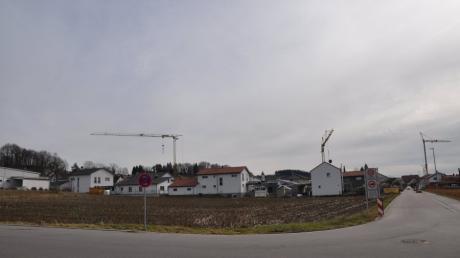 Eine 1,5 Meter breite Gehwegverbindung soll vom Bauernfeldweg Richtung Osten abbiegen, südlich der Fuggerstraße vorbei am Verbrauchermarkt bis zur Obenhauser Straße führen.