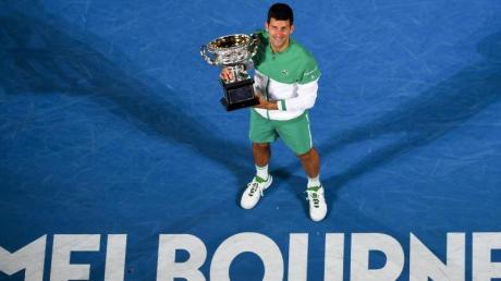 Hat zum neunten Mal die Australian Open gewonnen: Novak Djokovic hält nach seinem Sieg im Finale den Pokal in den Händen.