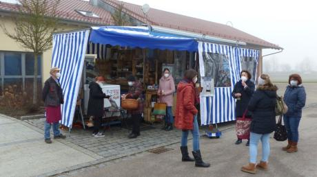 Im Ort einkaufen und sich anschließend kurz austauschen - diese Möglichkeit genossen die Kundinnen sichtlich, als der rollende Regionalmarkt am Montag erstmals in Petersdorf anrollte.