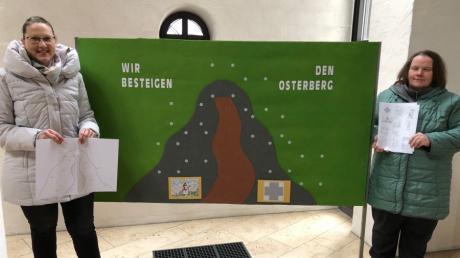 Mesnerin Simone Götzfried (links) und Susanne Hurler vor dem großen Osterberg in der Ellgauer Kirche. Susanne Hurler erstellte einen sinnvollen Wegbegleiter mit Text- und Bildmaterial durch die Fastenzeit 2021, der auf der Homepage der Pfarreiengemeinschaft Nordendorf-Westendorf abrufbar ist.