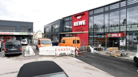 Die neue Hochzoller Mitte nähert sich der Vollendung. Der Rewe-Supermarkt wird dort am 18. März eröffnen und nahe des Hochzoller Bahnhof auch Pendler und Reisende versorgen.
