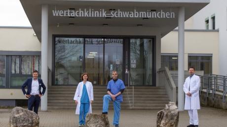 Dr. Wolfgang Oblinger (2. von rechts) und Dr. Janina von Rüden (2. von links) erweitern das Spektrum des Medizinischen Versorgungszentrums MVZ der Wertachkliniken in Schwabmünchen mit einer endoskopischen und gastroenterologischen Praxis. Klinikvorstand Martin Gösele (links) und der ärztliche Leiter des MVZ, Dr. Jürgen Walter (rechts) begrüßen die beiden neuen Fachärzte vor der Wertachklinik.