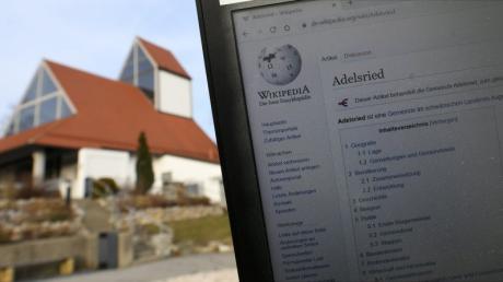 Wikipedia weiß einiges, aber lange nicht alles, über Adelsried und die Autobahnkirche.