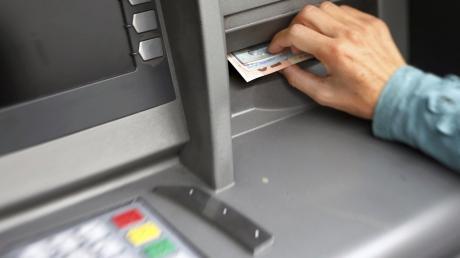 Wie die Ermittler der Kripo Ingolstadt feststellen konnten, wurden durch die Täter die Sichtschutzblenden des Bankautomaten manipuliert.