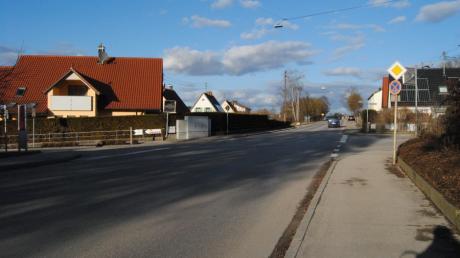 Die Nördliche Hauptstraße in Wehringen könnte im Ortseingangsbereich bald ganz anders aussehen: Mit neuem Rad- und Fußweg und zwei Verkehrsinseln.