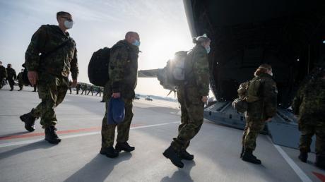 Angehörige der Bundeswehr aus Dornstadt gehen am Flughafen Stuttgart in einen Airbus 400M der Luftwaffe. Erneut wurden Sanitäter zum Corona-Hilfseinsatz nach Portugal geschickt.