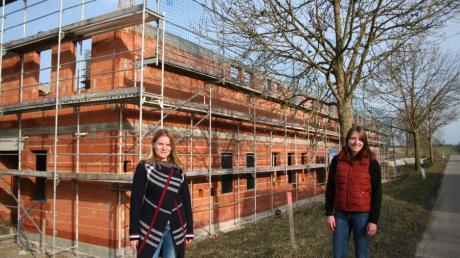 Tina Wunder (links) und Katharina Mann vor ihrer künftigen Arbeitsstätte in Aindling.