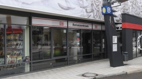 Das Reisezentrum der Deutschen Bahn AG am Bahnhof Günzburg. Die Bahn will es schließen.