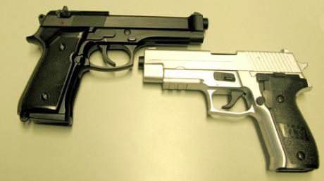 Fünf Softair-Waffen wie diese tauchten in einem Internet-Video auf. Die Polizei ermittelte unter anderem in Bibertal.