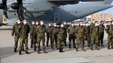 Die Soldaten des Sanitätsregiments 3 aus Dornstadt und aus den Bundeswehrkrankenhäusern vor dem Abflug nach Lissabon auf dem Stuttgarter Flughafen.