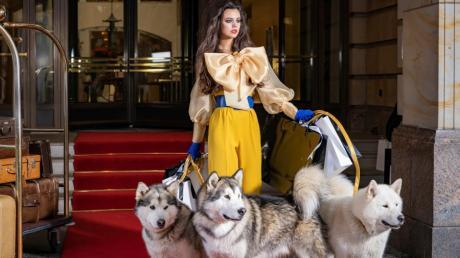 Ana posiert beim Fotoshooting als Fashion-Diva vor dem Berliner Hotel Adlon mit drei Huskys.