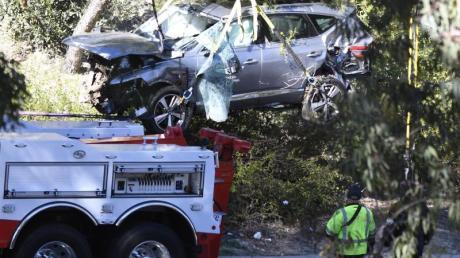 Das beschädigte Fahrzeug von Tiger Woods wird nach auf einen Autotransporter gehoben.