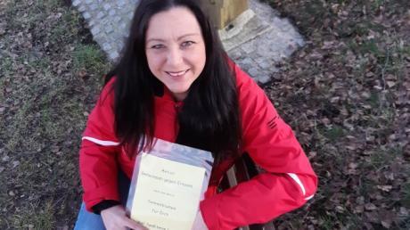Simone Höfle hat an Bänkchen Zettel angebracht, um den Menschen im Lockdown eine Freude zu machen.