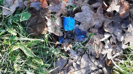 Am Samstag fand in Wehringen ein Hundebesitzer beim Spaziergang  einen auffälligen, blauen Brocken auf einer Wiese.