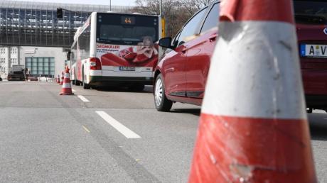 Wegen einer Baustelle in der Stadtbachstraße bei der MAN staut sich zeitweise der Verkehr, auch Linienbusse sind betroffen.