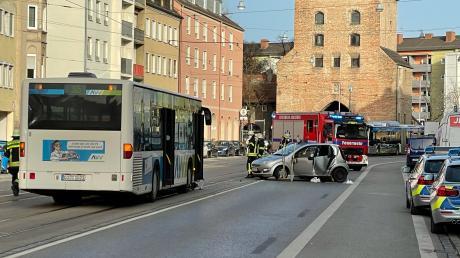 Bei einem Verkehrsunfall in Augsburg wurden am Mittwochnachmittag sechs Menschen verletzt.