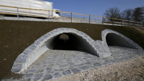 Im Zuge der Sanierung der B 300 wurden auch die Hochwasser-Durchlässe erneuert und vertieft – um sie im Anschluss wieder teilweise zuzuschütten. Laut Wasserwirtschaftsamt Donauwörth war diese auf den ersten Blick sinnlose Aktion von vorneherein abgesprochen.