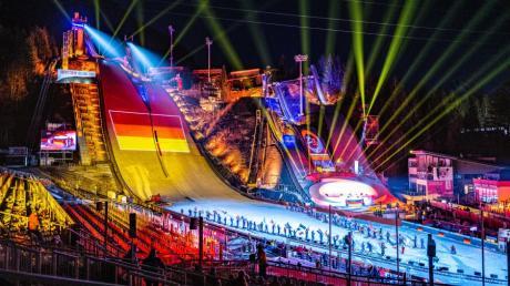 Mit einer Lichtershow im Skisprungstadion am Schattenberg wurde die Nordische Ski-WM in Oberstdorf eröffnet.