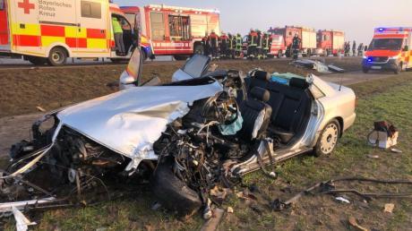 Schwere Verletzungen hat der 27-jährige Fahrer dieses Wagens erlitten. Das Auto wurde bei dem Unfall total zerstört.