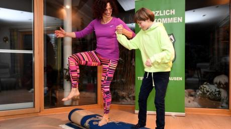 Mit ihrer Tochter Emilia tanzt Sonja Spreng vom TSV Zusmarshausen auf einem zusammengerollten Wohnzimmerteppich..
