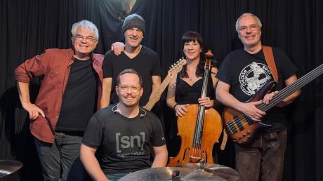 Die Band Wolfsbluad besteht aus (von links) Roberto Pillmaier (Keyboards), Thomas Einkammerer (Vocals, Gitarren), Anne Braatz (Cello), Sigi Beier (Bass) und vorne Matthias Gruber (Schlagzeug).