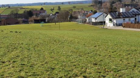 In unmittelbarer Nachbarschaft zum Sportplatz hat die Gemeinde ein Baugebiet ausgewiesen, auf dem drei Wohnhäuser gebaut werden können. Unser Bild zeigt im Vordergrund das Gelände, rechts das Sportheim des FCE Ebershausen.