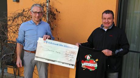 Die Aktion der Dietenheimer war ein voller Erfolg: Hospiz-Geschäftsführer Andreas Lazarek links und Jürgen Peter, Präsident der Ranzenburger Narrenzunft rechts bei der Spendenübergabe.