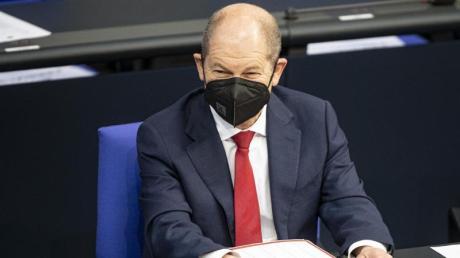 Bundesfinanzminister Olaf Scholz verfolgt eine Debatte im Bundestag.