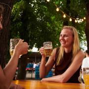 In Bayern gibt es mittlerweile einige Lockerungen bei den Corona-Regeln - auch für Biergärten.