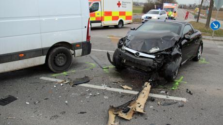 Bei einem schweren Unfall zwischen Illertissen und Dietenheim sind am Freitagabend drei Menschen verletzt worden.