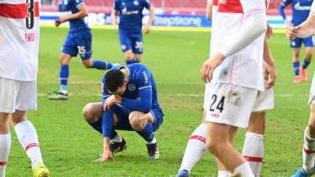 Schalkes Mittelfeldspieler Nabil Bentaleb hockt nach einem vergebenen Strafstoß auf dem Rasen.