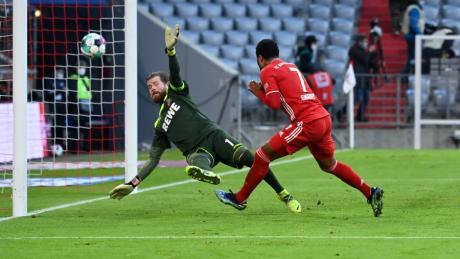 Münchens Serge Gnabry erzielt das Tor zum 5:1 gegen Kölns Torwart Timo Horn.