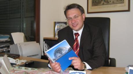 Der Münsterhauser Bundestagsabgeordnete Dr. Georg Nüßlein in seinem Berliner Büro im Jakob-Kaiser-Haus im Jahr 2004.