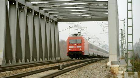 Auf der Bahnstrecke Ulm-Augsburg ist am Samstag bei Jettingen-Scheppach an der Bahnüberführung der Autobahn ein Kalb mit einem Personenzug kollidiert.