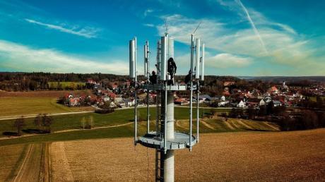 Der Funkmast der Telekom in Obergriesbach steht. Auf der oberen Ebene wurden am Freitag die Antennen der Telekom und die eines Mitbewerbers  angebracht.