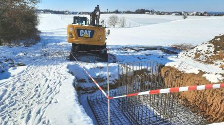 Bereits Mitte Februar waren östlich von Rehling am Salzerberg Baumaschinen tätig. Hier baut die Deutsche Telekom einen neuen Funkmast.