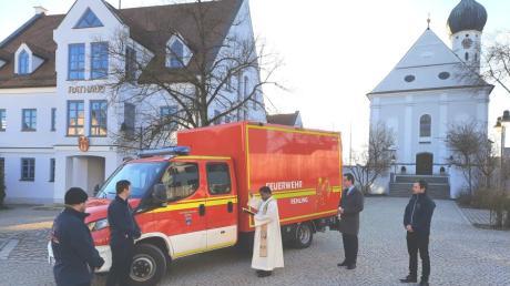 Auf dem Rehlinger Rathausplatz erhielt das neue Feuerwehrfahrzeug den kirchlichen Segen durch Pater Thomas (Bildmitte).