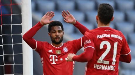Serge Gnabry bedankt sich bei Lucas Hernandez für dessen Vorlage zum 4:1 gegen den 1. FC Köln.