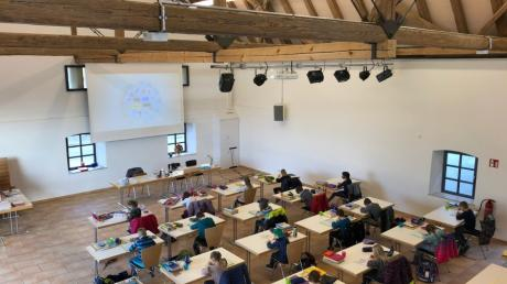 Rektorin Sylvia Leitner hat die Grundschüler der Bachtalgrundschule bunt verteilt. Einige Lernen hier im Brauereistadel in Bachhagel.