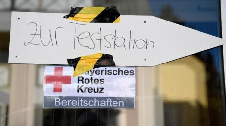 Für die Bereitschaften des Bayerischen Roten Kreuzes war am Sonntag in Mering Premiere: In der Turnhalle an der Luitpoldschule nahm die neue Schnellteststation ihren Betrieb auf. Vor der Halle bildete sich eine lange Warteschlange.
