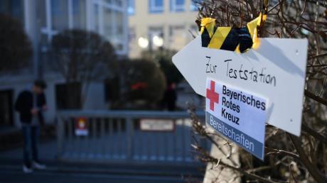 Die Teststationen wie hier in Mering sind überlastet, deshalb werden jetzt auch in Apotheken im Landkreis Schnelltest durchgeführt.