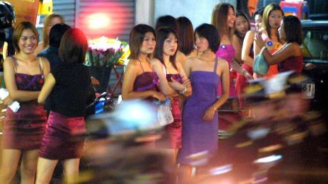 Bangkok hat sich durch die Pandemie verändert: Die Rotlichtmeile hat sich in eine große Garküche verwandelt, wo Angestellte aus den benachbarten Bürogebäuden nun zu Mittag essen.