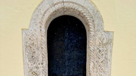 Die Rundbögen sind ein Merkmal der Romanik - wie hier am Portal der Marienkirche in Altenstadt, mit seinen Flechtwerk.