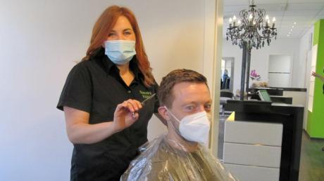 Sandra Köhle schneidet in ihrem Salon haarscharf 46 in Edelstetten Andreas Pilz aus Krumbach die Haare. Er ist ihr erster Kunde nach dem wochenlangen Lockdown wegen Corona.