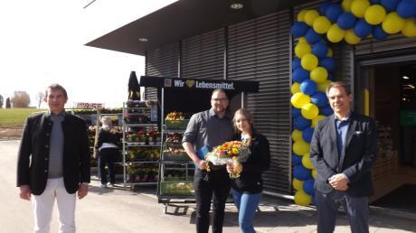 Sascha und Naomi Korljan Mitte freuen sich über die Glückwünsche und Geschenke zur Eröffnung ihres Staudenmarktes von Bürgermeister Gerald Eichinger (links) und Klaus Eichendorf (rechts).