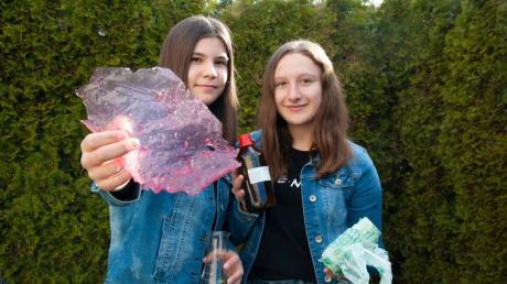 Rebekka Graf (links) und Anja Braun erforschen Biofolien. Die Schülerinnen des Maria-Ward-Gymnasiums haben sich gefragt, ob sie tatsächlich abbaubar sind, wie es die Hersteller versprechen.