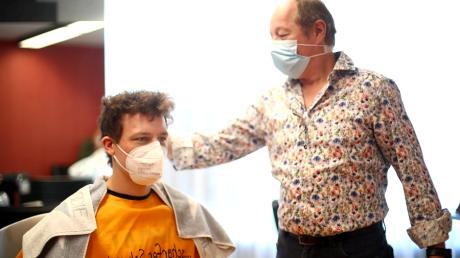 Der Thalfinger Friseurmeister Wolfgang Teufel darf seit Montag wieder Kunden die Haare schneiden.