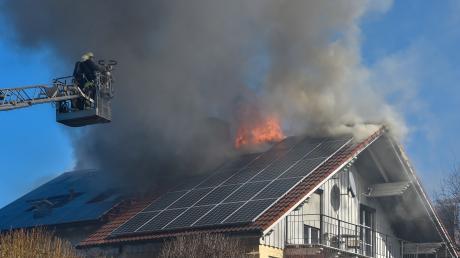 In Hofstetten brennt ein Wohnhaus. Die Feuerwehr ist im Einsatz.